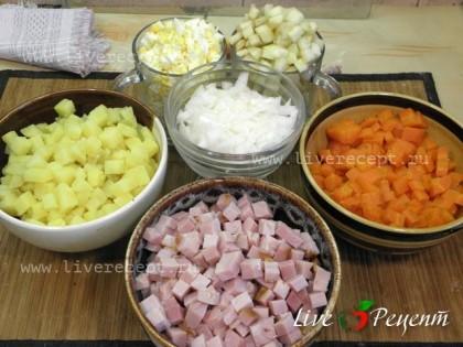 Для приготовления салата оливье с яблоком хорошо промываем овощи картофель и морковь. Варим их, не очищая, до мягкости (не разваривая). Затем вынимаем из отвара и остужаем. Яйца варим с момента закипания 8-10 мин и также даем остыть в холодной воде. Яйца, морковь и картофель очищаем и нарезаем кубиками. Также поступаем с огурцами и ветчиной. Лук и яблоко очищаем и нарезаем маленькими кубиками.