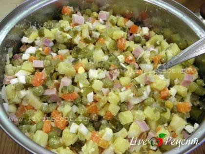 В удобной емкости соединяем ветчину, картофель, морковь, яйца, лук, огурцы, яблоко. Добавляем горошек (без жидкости), немного солим и добавляем свежемолотый перец по вкусу.