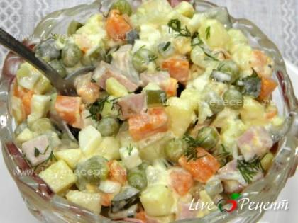 Заправляем салат майонезом, перемешиваем и даем настояться.  Салат оливье с яблоком готов!