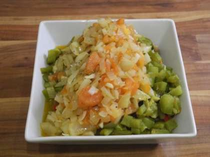 Обжаренные на масле лук, чеснок и помидоры добавить в салатницу