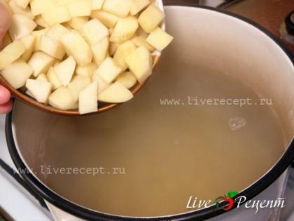 Когда фасоль будет готова, солим наш бульон и кладем нарезанный небольшими кубиками картофель.