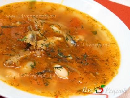 Постный борщ с фасолью и рыбными консервами подается как в горячем, так и в холодном виде. А вместе с чесночными пышками и со сметаной … очень даже…