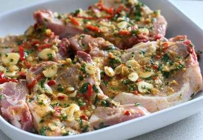 Затем выдавливаем туда сок лаймов, добавляем оливковое масло, соль, чёрный перец и перемешиваем. Маринад готов.