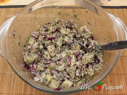 Лук и измельченную массу перекладываем в глубокую емкость, добавляем яблочный уксус и перемешиваем. Сюда же добавляем очищенный и нарезанный кубиками картофель. Солим, перчим, заправляем оливковым маслом и перемешиваем.