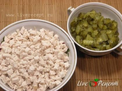 Филе и соленые огурцы также нарезаем кубиками.