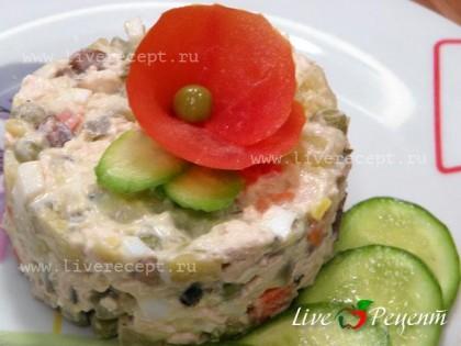 """<a href='https://cjbars.ru/salat-quot-stolichnyj-quot-s-kuricej-i-gribami'>Салат """"Столичный"""" с курицей и грибами</a> выкладываем на тарелку, используя при этом специальную формочку, украшаем ломтиками свежего огурца и помидором."""