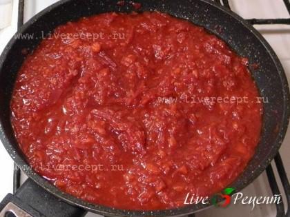 Делам зажарку. Сначала обжариваем мелко рубленый лук, следом выкладываем порезанные соломкой овощи: свекла, морковь и сладкий перец. Овощи тушим минут 5-7 и кладем томат. Еще немного тушим и зажарка готова.Я  брала 2 стакана томата.