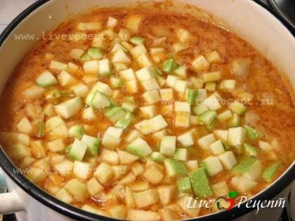 Последними в борщ закладываем кабачок и яблоки, порезанные кубиком, а также фасоль. Даем борщу покипеть минут 7- 10 и выключаем. Некоторое время борщ должен настояться и дойти.