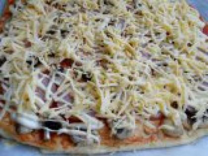 5 Посыпать сыром. Посыпать итальянскими травами и сверху - тертым на крупной терке твердым сыром.