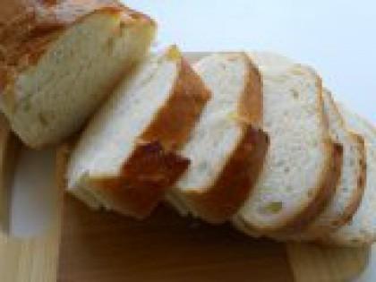 1 Нарезать багет. Для приготовления этих бутербродов можно конечно использовать любой белый хлеб или батон. Но с багетом получается все-таки лучше. Итак, багет нарезать не очень тонкими ломтиками.
