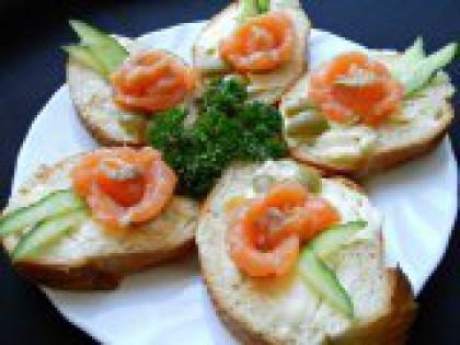 6 Разложить на блюде. Разложить готовые бутерброды на блюдо или красивую тарелку, украсить веточкой петрушки или другой зеленью. Подавать на стол. Смотрятся такие бутерброды очень красиво, не говоря уже о том, что они очень вкусные! Приятного аппетита!