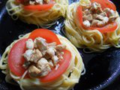 5 Выложить кружочки помидоров. Помидоры помыть, порезать кружочками и выложить по краям углублений, как бы обрамляя мясо.