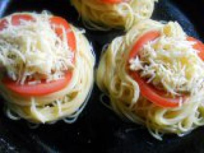 6 Посыпать сыром. Сверху посыпать тертым на мелкой терке сыром. Поставить сковороду на средний огонь. Когда масло с водой на дне начнет закипать, огонь уменьшить, накрыть сковороду крышкой и тушить в течении 8-10 минут.