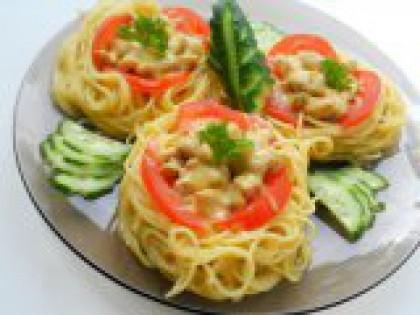 """7 Выложить """"гнезда"""" на тарелку. Выложить готовые макаронные """"гнезда"""" на тарелку. Украсить зеленью. Подавать в горячем виде с овощами. Необычно и очень вкусно! Приятного аппетита!"""