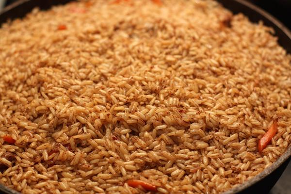 Вода должна почти полностью испариться, но рис остаться довольно влажным.