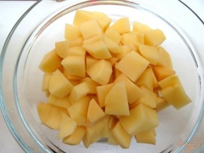 Картофель, моем, чистим, нарезаем и отправляем вариться в бульон.