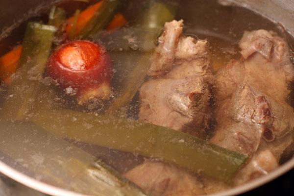 Через час, когда овощи станут совсем мягкими, удалите их вместе со специями и выбросьте. Варите еще 30-40 минут, до тех пор, пока мясо не разварится.