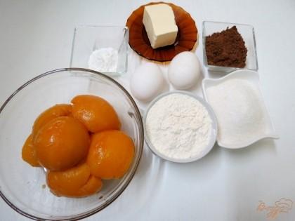 Для пирога нам понадобится мука,яйца,масло, сахар, какао порошок, разрыхлитель, персики.