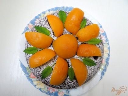Сверху на пирог выкладываем дольки персиков.