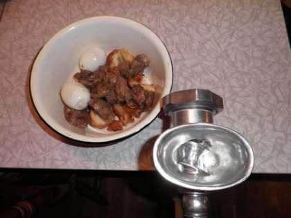 Печенку, хлеб и яйца посолить щепоткой соли и дважды провернуть через мясорубку