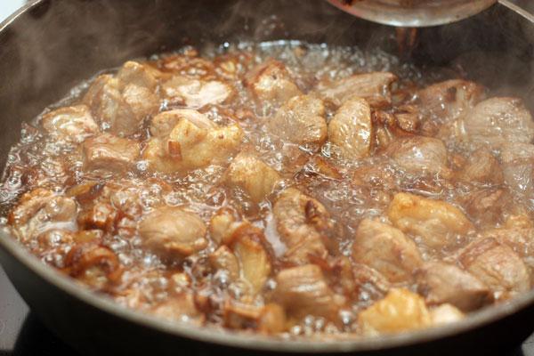 Обжариваем мясо, один раз перевернув, пока оно не подрумянится.