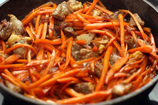 Добавляем морковь, перемешиваем и готовим до мягкости 5-7 минут.