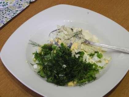Смешать сыр, порезанные яйцо, зелень и чеснок