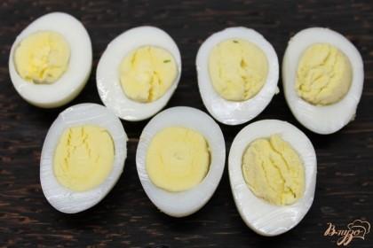 Отвариваем перепелиные яйца, чистим и разрезаем пополам. Половинки яиц выкладываем на блюдо.