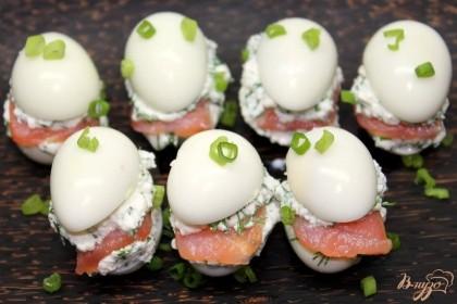 Готово! Сверху накрываем половинками перепелиных яиц. Закуску посыпаем зеленью. Приятного аппетита.