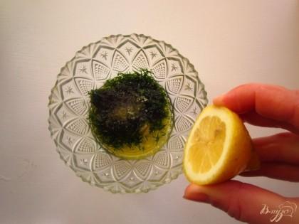 В миске смешайте: лимонный сок,оливковое масло, соль, выдавленный чеснок, мелко нарезанный укроп.