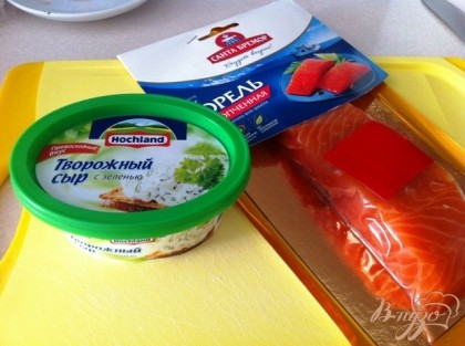 Берем подкопченную форель и сыр творожный с зеленью.
