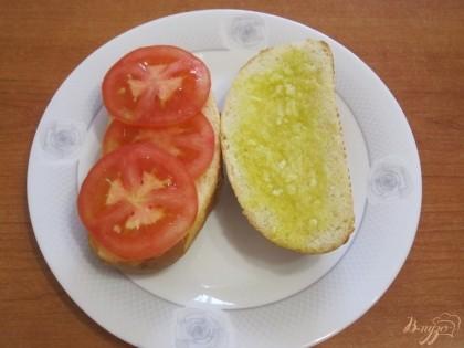 Шаг 3 Выложить на нижнюю половинку булочки тонко нарезанные кружочки помидоров.
