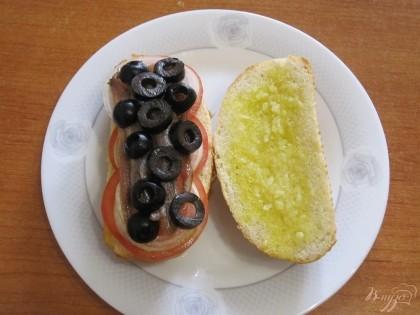 Шаг 6 И последним слоем - нарезанные кружками оливки.