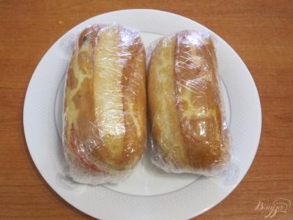 Шаг 7 Положить верхнюю половину булочки и завернуть в пищевую пленку, плотно прижимая сэндвич.
