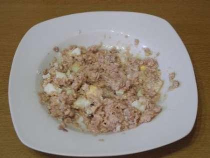 Приготовить начинку из печени трески и яйца