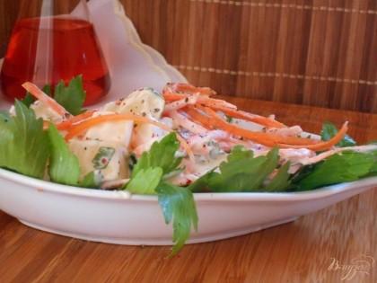 Готово! Еще раз перемешиваем салат, украшаем зеленью и подаем к столу. Приятного аппетита!