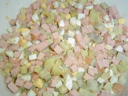 Отвариваем картофель и яйца, даем остыть,очищаем и нарезаем кубиками. Так же кубиками нарезаем ветчину.