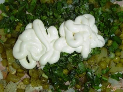 Последним штрихом будет добавление майонеза. Перемешиваем все, выкладываем салат в салатник, а сверху посыпаем оставшимися орехами.