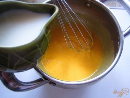 Молоко вскипятить, дайте немного остыть. Влейте ого тонкой струйкой в смесь из манго, при этом постоянно помешивайте венчиком, чтобы яйцо не свернулось.