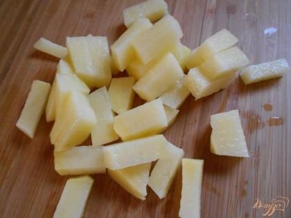 Начнем приготовление рыбного супа. Для этого нарежем картофель мелким кубиком. Нальем в кастрюлю воду, закипятим и отправим туда картофель.