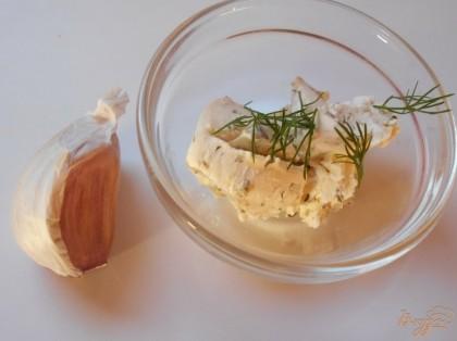 Сыр смешаем с солью, чесноком и зеленью укропа.