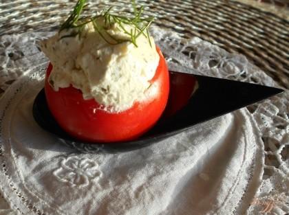 Готово! Поскольку это закуска и я готовила ее для фуршетного стола, то подавала я такие помидоры в порционных ложках. Приятного аппетита!