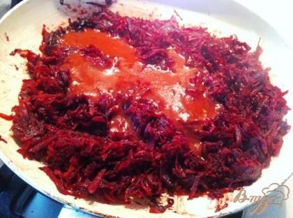Ставим варить свинные ребрышки. Параллельно тушим тертую свекл около 20 минут, затем добавляем уксус и томатный соус, сахарим и солим по вкусу.