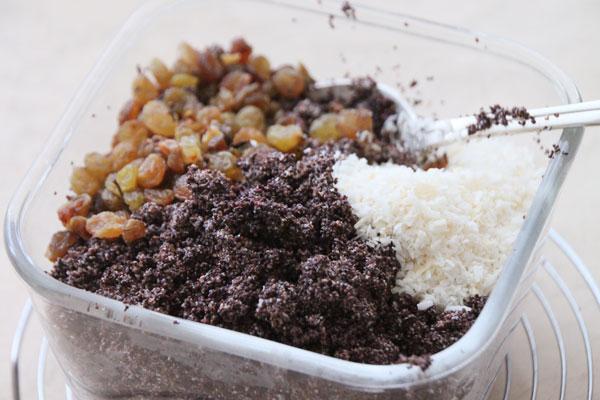Добавьте кокосовую стружку и промытый изюм, хорошо перемешайте и соедините с белками и мёдом.