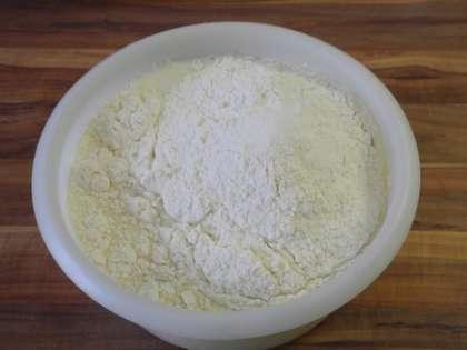 Приготовить тесто: смешать молоко,  яйцо, муку и соль