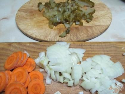 Разогреть сковороду и добавить масло. Нарезать лук, морковь и огурцы. Лук с морковью пожарить до мягкости и добавить огурцы. Жарить минут 5.