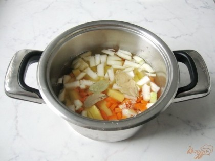 Нарезанные картофель, морковь и половину лука кладём в кастрюлю и заливаем водой или бульоном.  Кладем лавровый лист.Ставим варить.