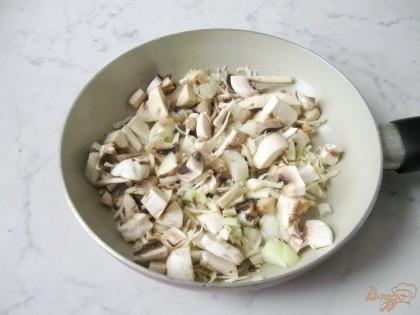 Грибы и вторую половину лука, а также натёртые коренья выкладываем на сковороду с растительным маслом и немного тушим на среднем огне.