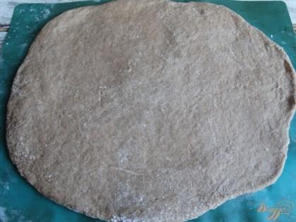 Пряничное тесто раскатайте при помощи скалки. Толщина пласта должна быть около 1 см.