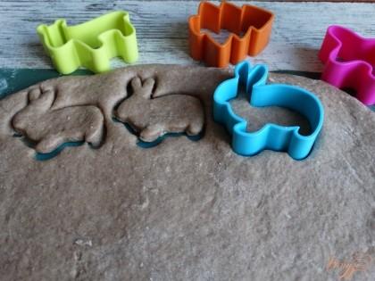 При помощи фигурок для печенья или просто горлышка небольшой банки вырезаем будущие прянички.